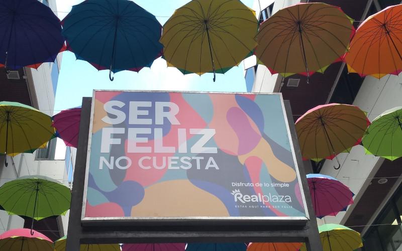 Real Plaza Centro Cívico luce sombrillas junto al slogan de una campaña feliz - Overflow.pe
